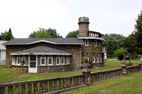 The Castle Rock House Near Our Place In Lexington All Made Of Rocks How Cool Is That Vacation Rentals By Owner Cottage In The Woods House On The Rock