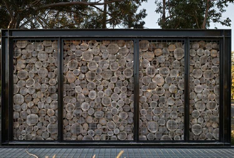 dieser gabionenzaun besteht aus einem metallrahmen und holzscheiben p r e c e d e n t. Black Bedroom Furniture Sets. Home Design Ideas