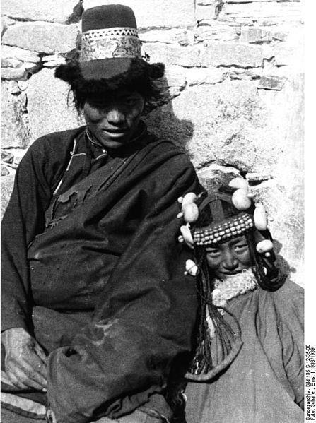 File:Bundesarchiv Bild 135-S-12-35-38, Tibetexpedition, Nomade und Nomadin, Kopfschmuck.jpg