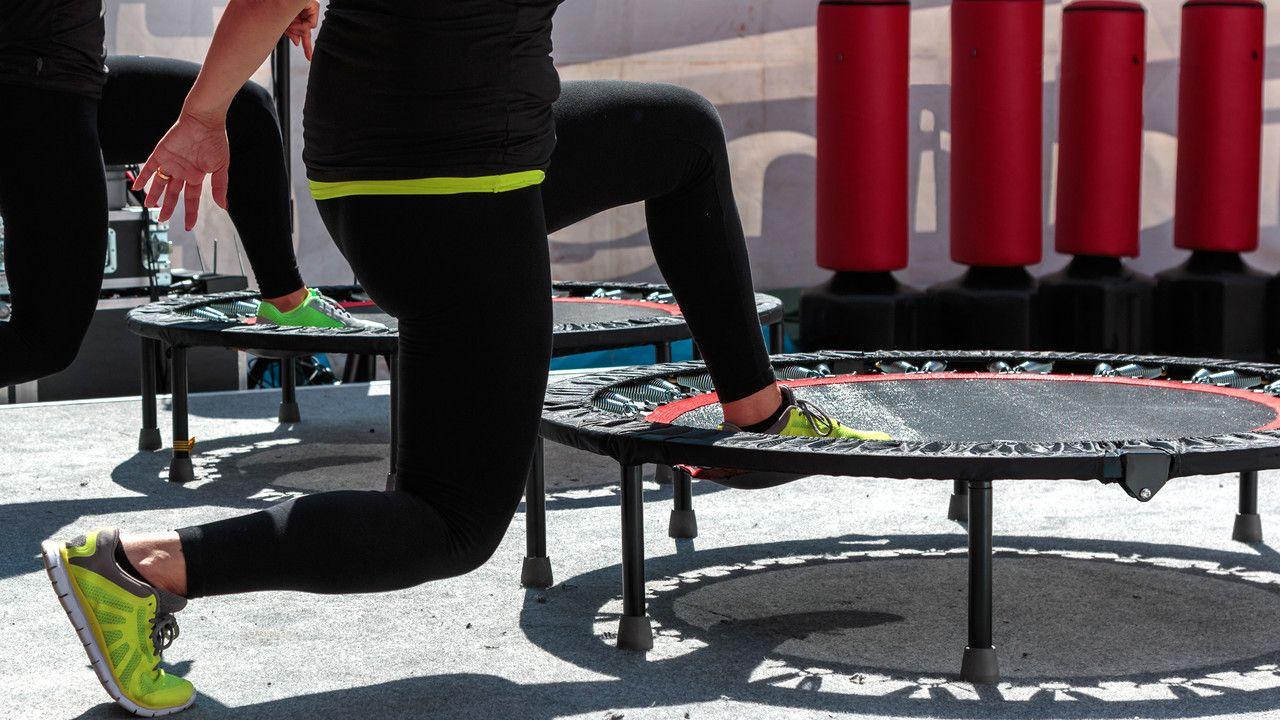 Trampolin Training Ohne Die Gelenke Zu Belasten Mit Bildern Trampolin Training Trampolin Unsportlich
