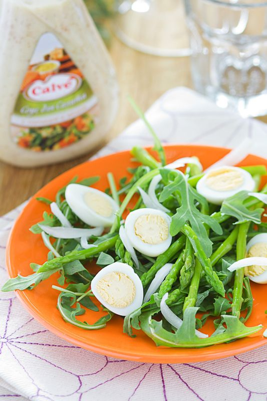Салат с рукколой, спаржей и перепелиными яйцами