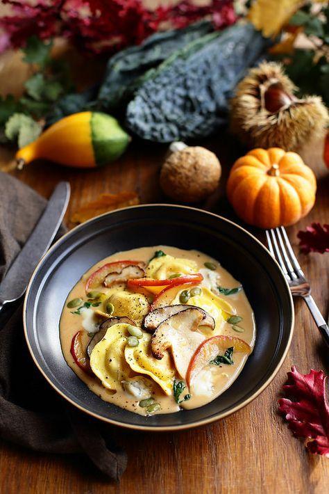 Un dejeuner de soleil: Ravioli de potiron, sauce au gorgonzola et cèpes s...