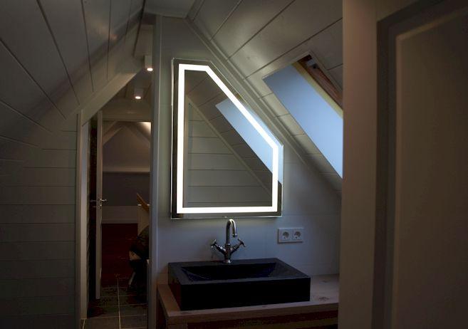 LED spiegel met schuine hoek geplaatst in Loosdrecht | Badkamer ...