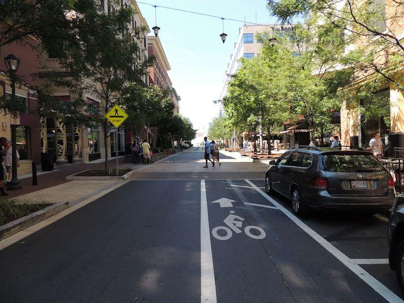 L'expression «apaisement de la circulation» regroupe un éventail de mesures visant généralement à réduire la vitesse ou le nombre des véhicules. Celles-ci permettent de parvenir à un partage plus équitable de la rue entre les différents usagers, en accordant une place accrue aux plus vulnérables: piétons, cyclistes, enfants, aînés, personnes à mobilité réduite, etc. Le rétrécissement de la largeur de la rue, l'ajout d'obstacles au tracé, la surélévation de portions de la vo...