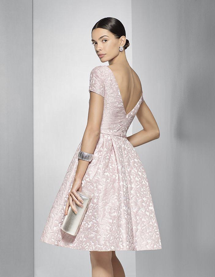 a7455a274 Fiesta 2017 Vestido de fiesta corto brocado en tono rosa pastel. Este traje  de fiesta de la colección 2017 de Couture Club tiene un favorecedor escote  en la ...