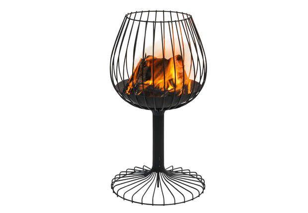 Spécial fin de soirée: Le braseroCompagnon chaleureux de vos soirées, ce brasero en fil d'acier adopte le forme d'un verre de brandy, Ø 51 cm au sol et 34 cm en haut, H 93 cm, Brandy 2, KSL Living, 353€.