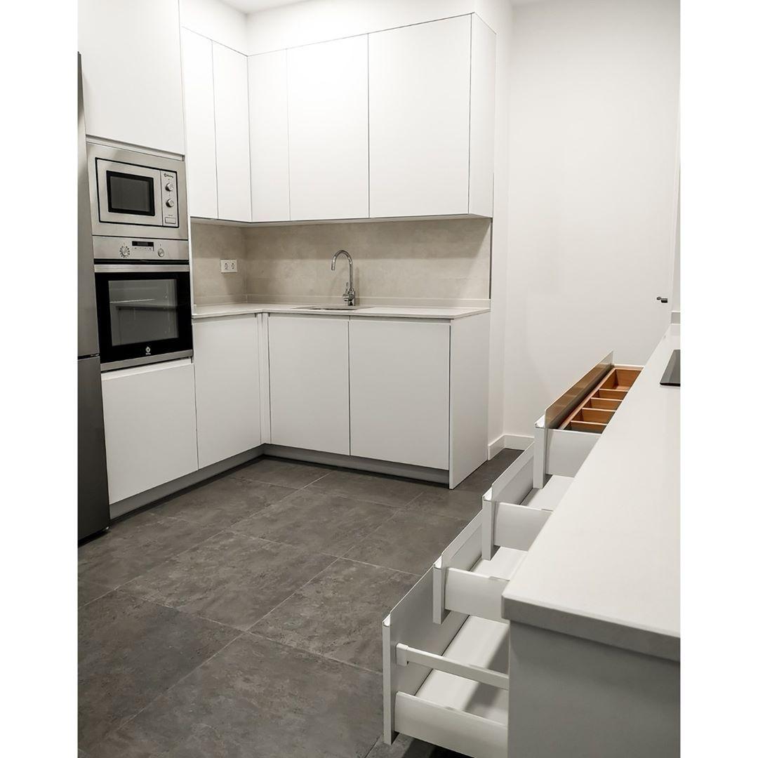 Pin De Ana Perez Anibarro En Piso Abierto En 2021 Suelo Gris Piso De Cocina Gris Muebles Blancos