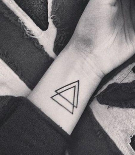 Deux triangles noirs l 39 int rieur de poignet tatouages pinterest triangles - Tatouage interieur poignet ...