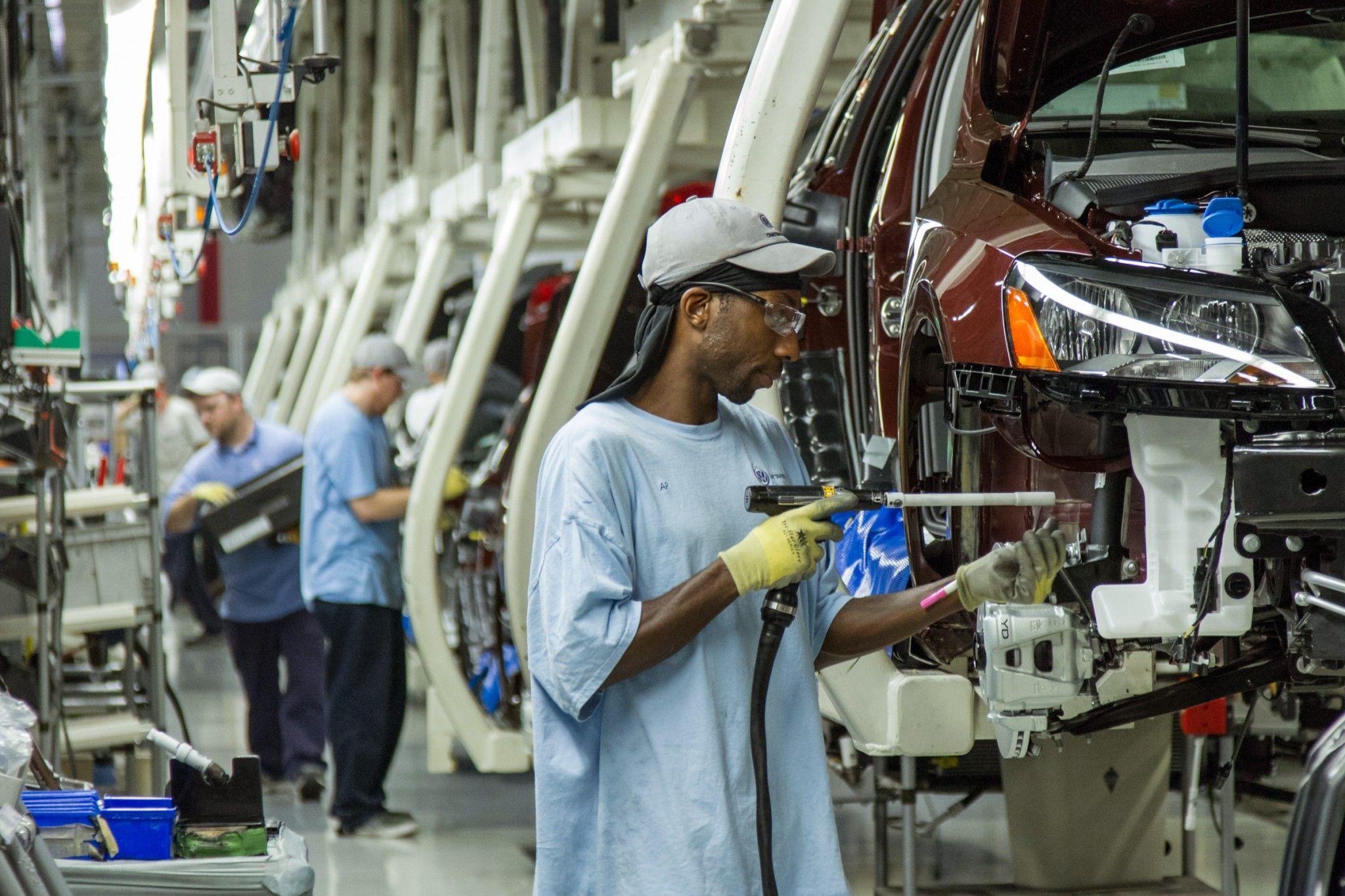 La economía de Estados Unidos creó 161.000 nuevos empleos el pasado mes de octubre, lo que permitió que la tasa de desempleo bajara una décima, hasta el 4,9%, segúninformó hoy el Departamento de Trabajo. Los datos muestran una consistente mejora del mercado laboral estadounidense y de la economía, lo
