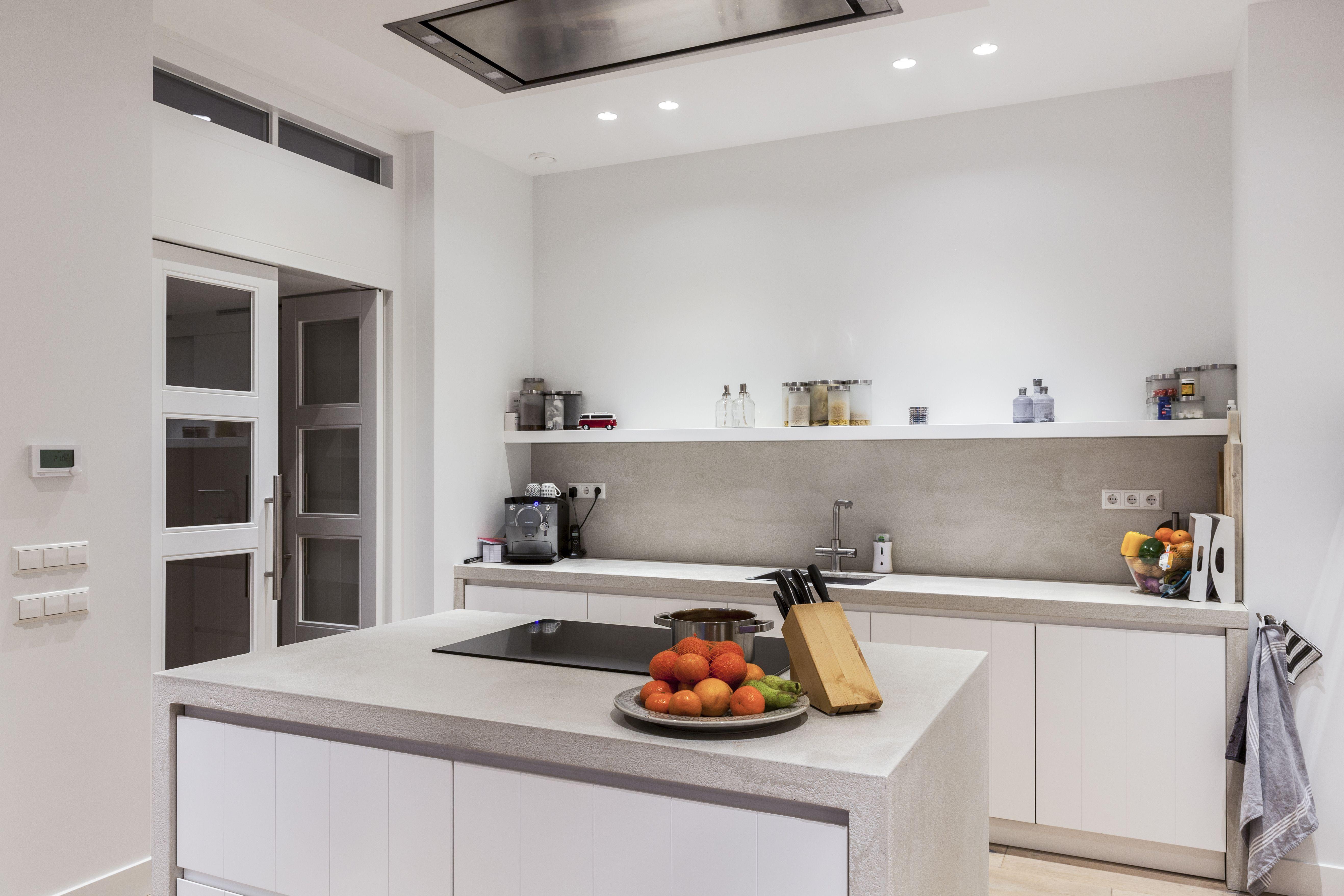 Moderne keuken met rough concrete keukenblad deze moderne keuken