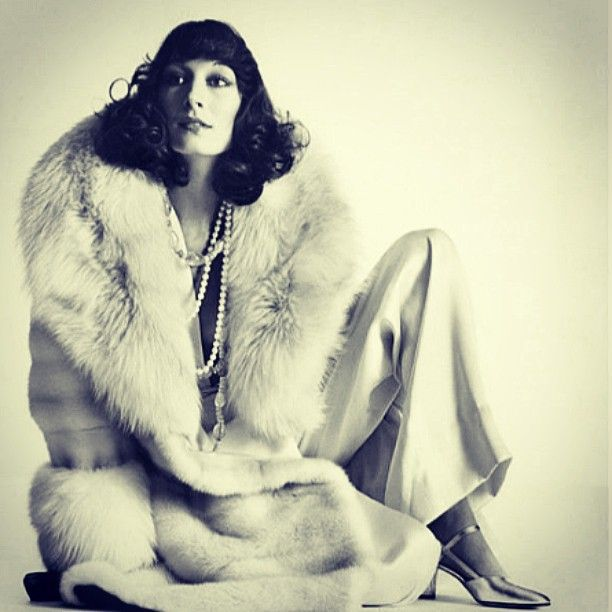 So chic and so elegant! Angelica Huston #angelicahuston #elegance #covergirl