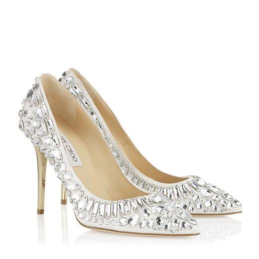 Sapatos customizados com renda de guipir e strass da marca