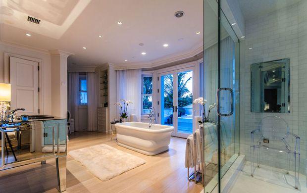 le manoir de c line dion jupiter island salle de bain. Black Bedroom Furniture Sets. Home Design Ideas