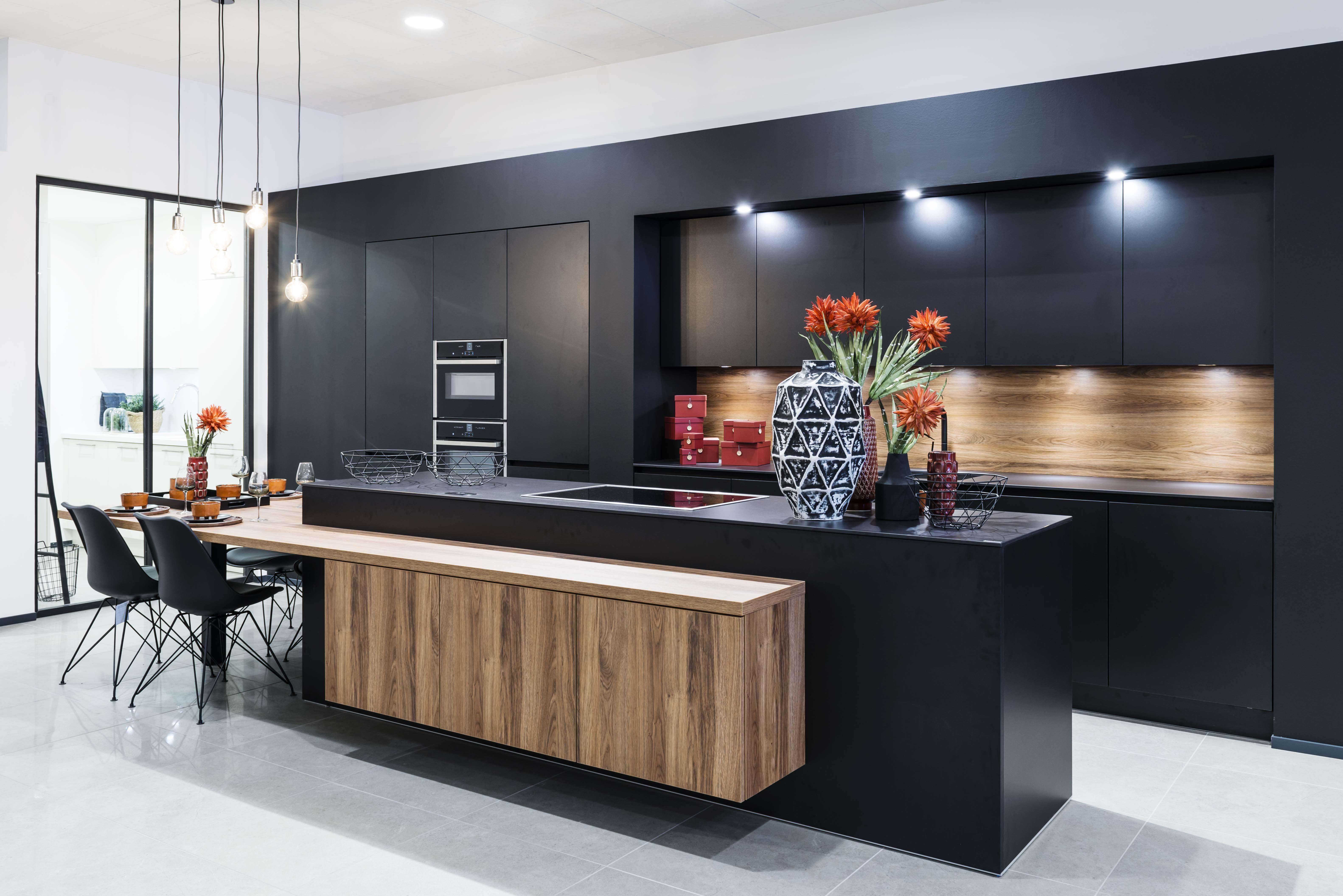 Zwarte Keuken Met Hout Accent Keuken Ontwerpen Keuken Ontwerp Keuken Interieur
