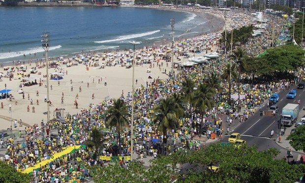 MANIFESTANTES PROTESTAM CONTRA O GOVERNO EM COPACABANA, NO RIO