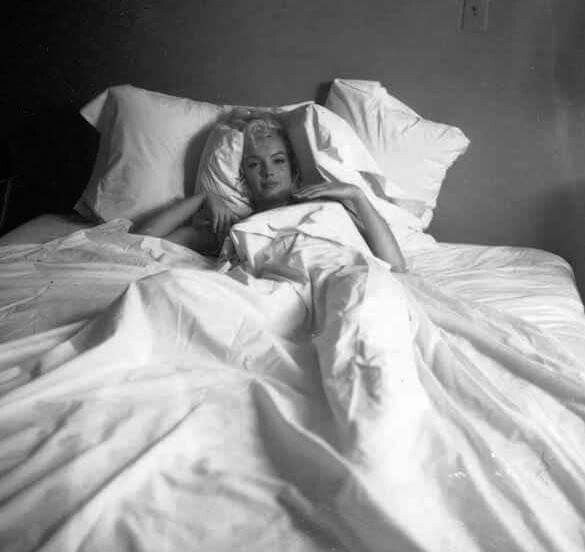 Marilyn Monroe Bed Sitting Photo By Milton Greene 1953 Marilyn Marilyn Monroe Milton Greene