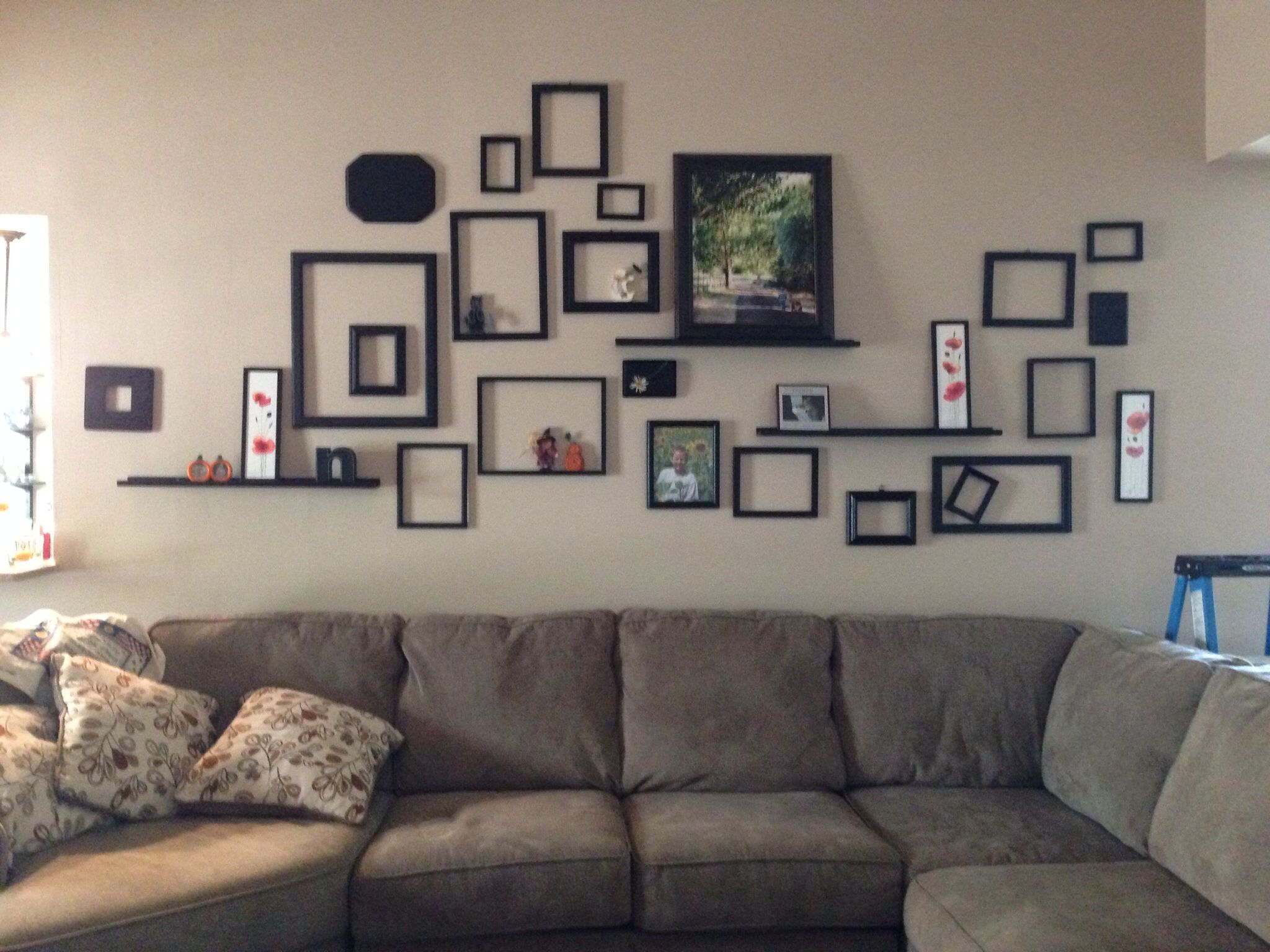 Bedroom wall decorating ideas picture frames - Empty Frame Collage