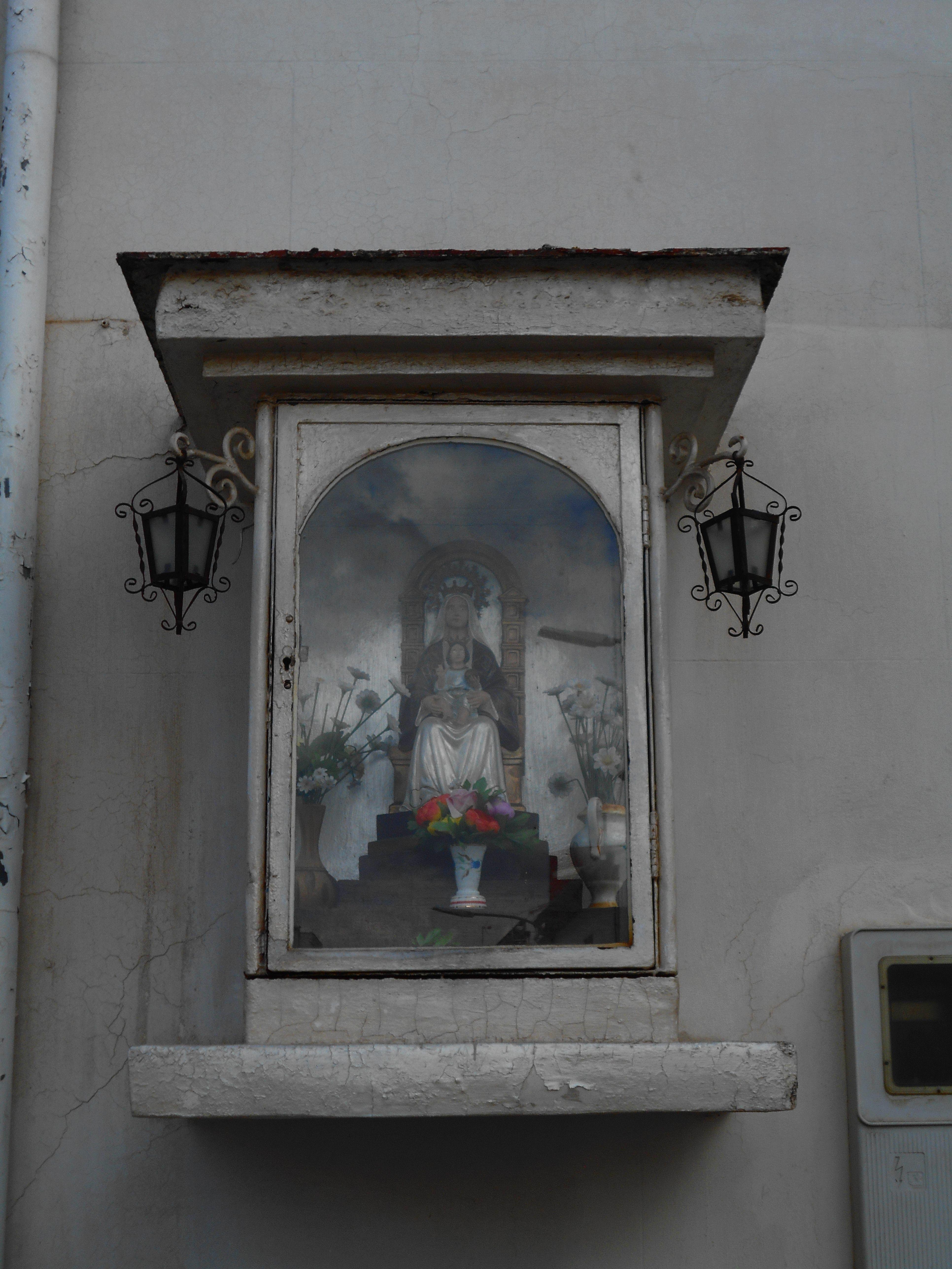 Hornacina con Virgen en fachada de hotel.
