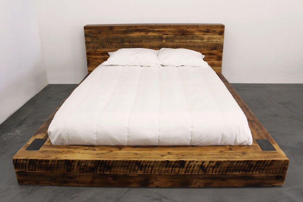 suberbe lit en vieux bois de grange. style industriel acier et