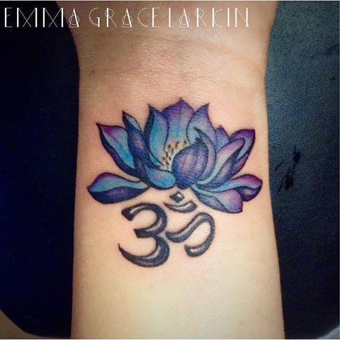 De Blauwe Lotus Staat Voor De Geest Kennis Wijsheid En Leren Aangezien Men Gelooft Dat De Mentale Of Spi Blue Lotus Tattoo Flower Wrist Tattoos Lotus Tattoo
