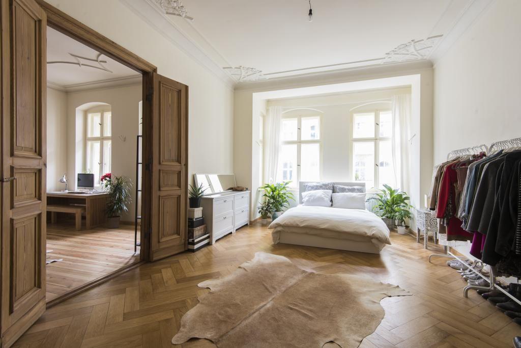 wundersch nes helles schlafzimmer in berliner altbauwohnung mit stuckdecken und gro en. Black Bedroom Furniture Sets. Home Design Ideas