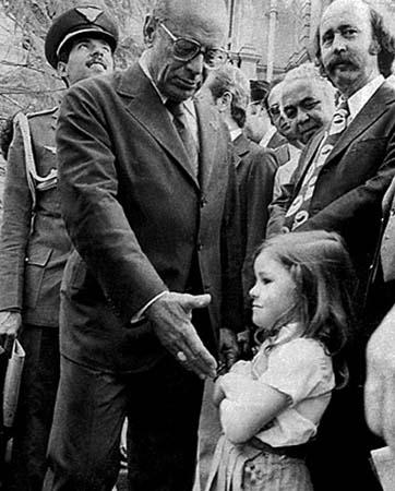 As escolas da cidade levaram uma fila de crianças para cumprimentá-lo. E não é que a primeira menininha da fila se recusou terminantemente a apertar a mão do cabeça da vez da ditadura militar? Mesmo com repórteres e professores insistindo, ela cruzou os braços e ficou firme.
