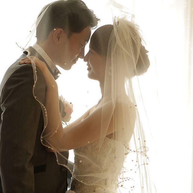 《前撮り/後撮り》や《フォトウェディング》で、人気急上昇中のポーズがコレ!お二人の鼻と鼻をくっつけた「ノーズキス」 の pic がインスタグラム上に増えてきているのです** そこで、今回は、先輩花嫁さんたちのお写真を参考に、 「ノーズキス」 を素敵に撮影するためのアイディアをご紹介します♡