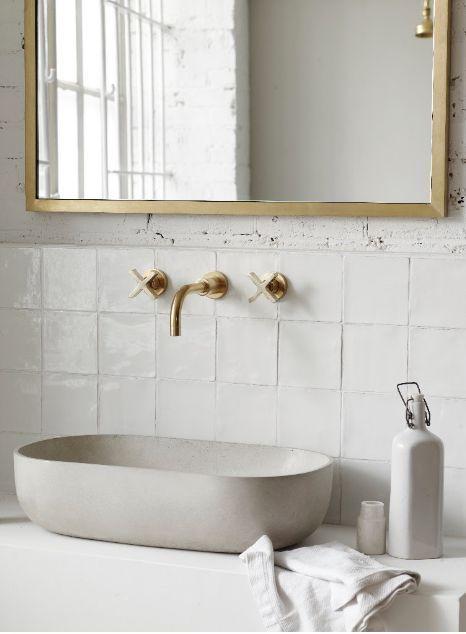 Wandmontierte Waschtischarmaturen und Auslauf mit Kreuz #bathroomtiledesigns