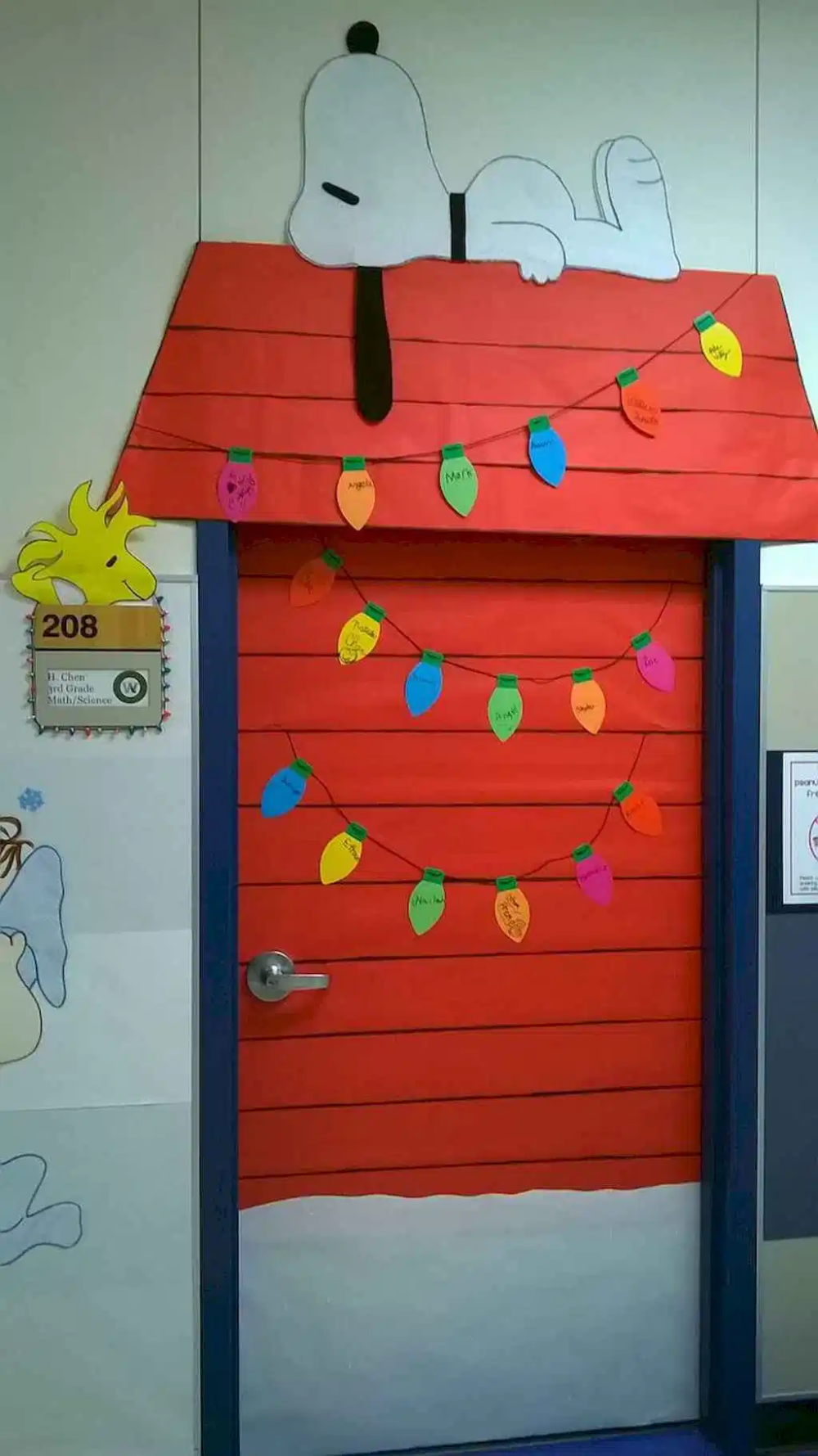50 Simple DIY Christmas Door Decorations For Home And School (3) - LivingMarch.com #christmasdoordecorationsforschool