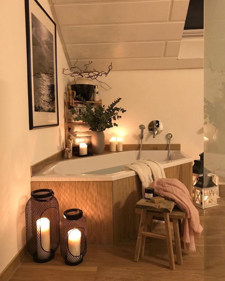 Photo of Ab in die Wanne! Da würden Wir jetzt auch gerne drinnen liegen. Eine gutes Buch, ein paar Kerzen und einem Beautyabend steht nichts im Wege. Die Stumpenkerzen Rustica von unsere WestwingBasics Kollektion sorgen für ein einzigartiges Wohlfühlambiente beim Baden! // Badezimmer Badewanne Dekoration Deko Ideen Hocker Laterne Bilde Kerzen Kerzenschein #Badezimmer #BadezimmerIdeen #Dekoration @weltenbunt – Wohnung ideen