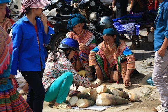 Las minorías étnicas de las montañas de citan en el mercado de Bac Ha