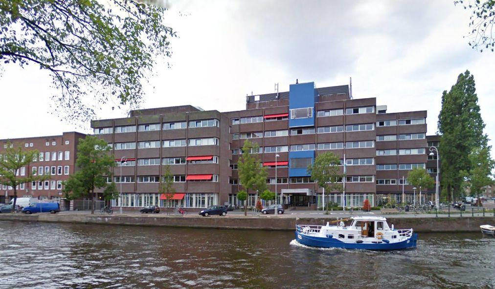 Vanaf de overkant ziet het gebouw op de Baarsjesweg 224 er zo uit. Op de 5e verdieping vind je Panorama West. Direct aan de gracht.