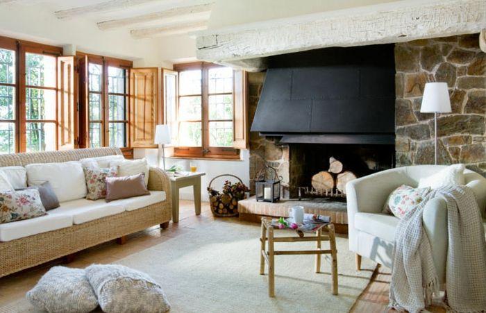 wohnzimmer gestalten möbel landhausstil teppich dekokissen kamin