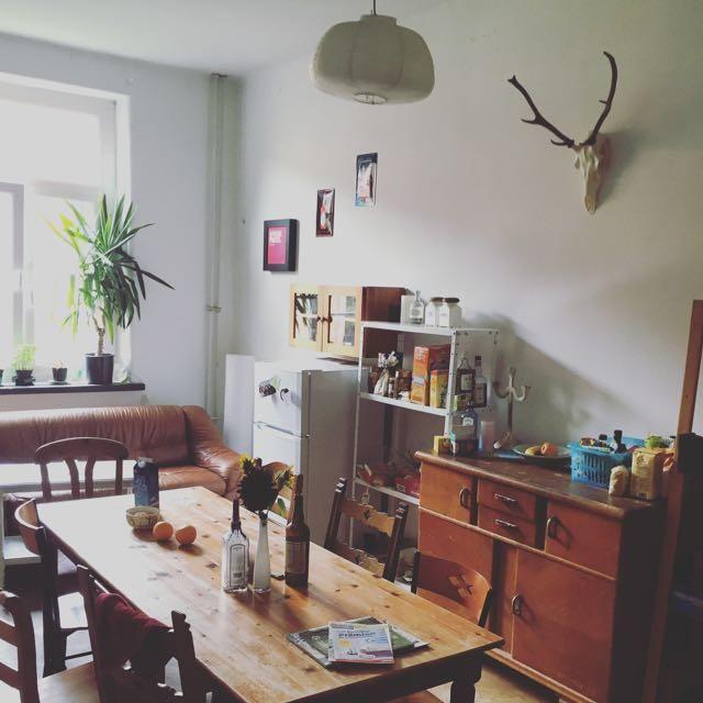 gemütlich eingerichtete wg-küche mit holzmöbeln, offenen regalen