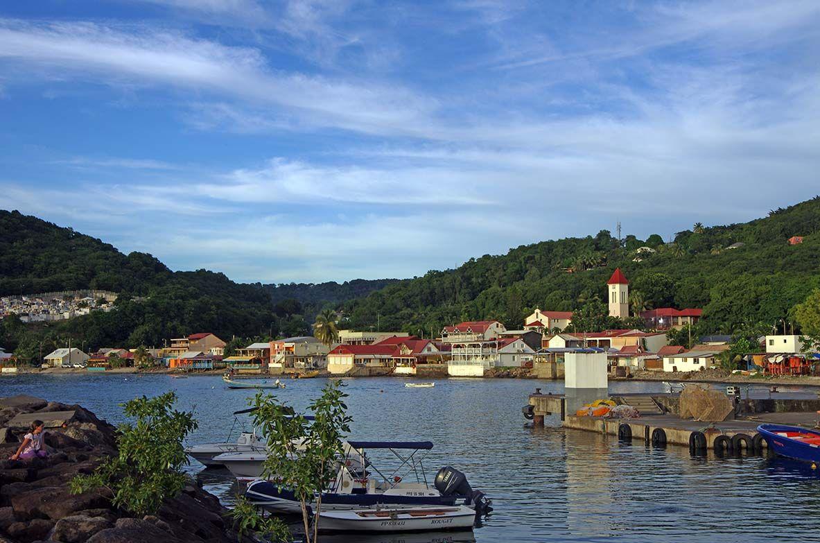 Le petit village de Deshaies sur les îles de la Guadeloupe