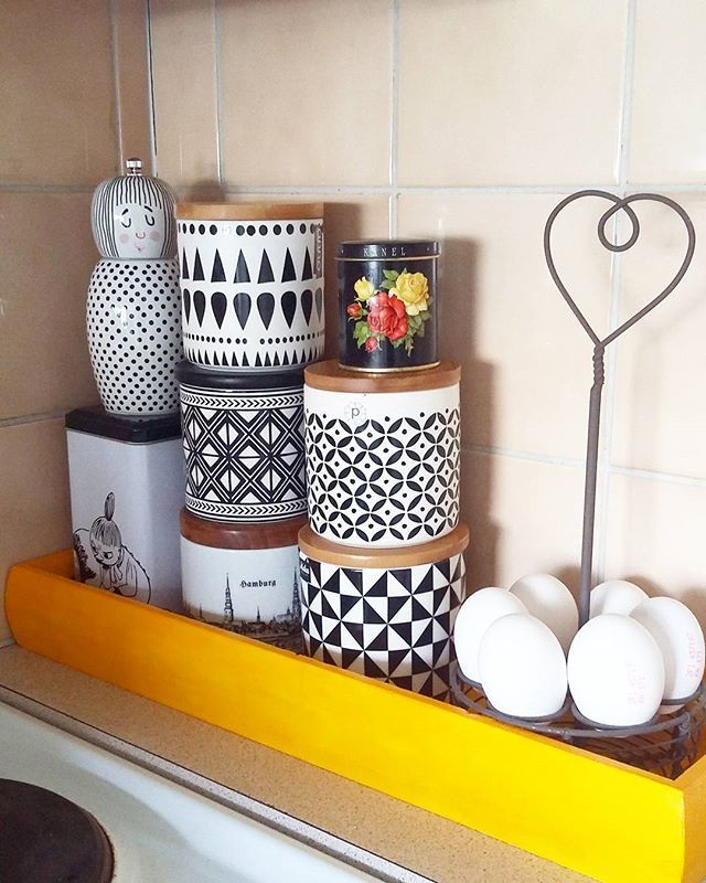 Kaakelithan täällä keittiössä on kaameet mutta nyt vähän lisää aurinkoa kokkailuun. #diy #keittiö #kitchentools #värikäskoti #retrohem #tuunaus  Yummery - best recipes. Follow Us! #kitchentools #kitchen