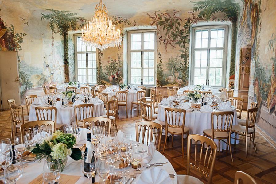 Trauung Im Garten Von Schloss Laudon In Wien Und Feier Im Prunksaal Internationale Hochzeit Hochzeit Hochzeitslocation Wien