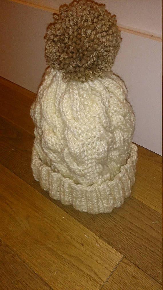 Bonnet beige à côtes anglaises, pompon marron, taille adulte moyenne ou  grande. Bonnet 127f5603861