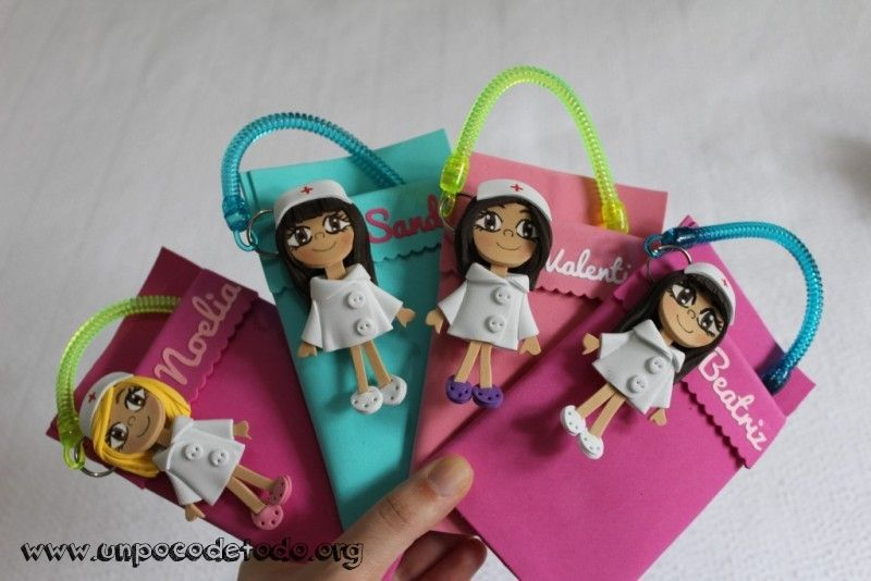 www.unpocodetodo.org - Salvabolsillos de Raquel, Noelia, Valentina, Beatriz y Sandra - Salvabolsillos - Broches - Goma eva - crafts - custom - customized - enfermera - enfermeria - foami - foamy - manualidades - nurse - personalizado - 12