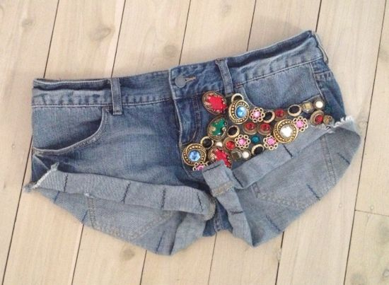 Cute little DIY project, re-vamp to old jeans or shorts by adding cute buttons. Head down to your local Thrift shop to see what they have to offer!