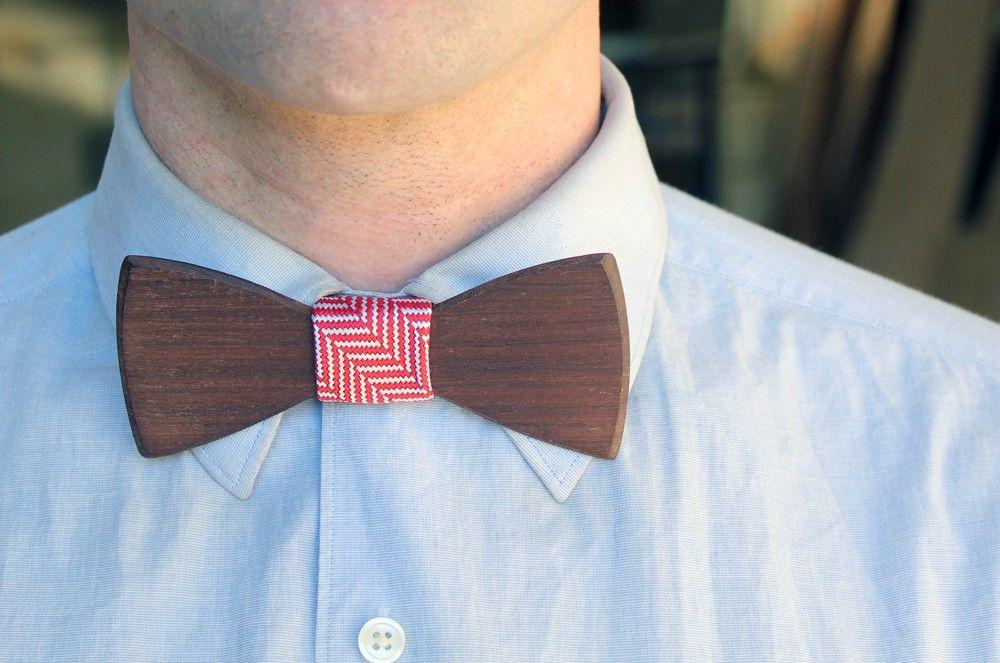Gravata borboleta feita em madeira é um acessório bastante elegante.