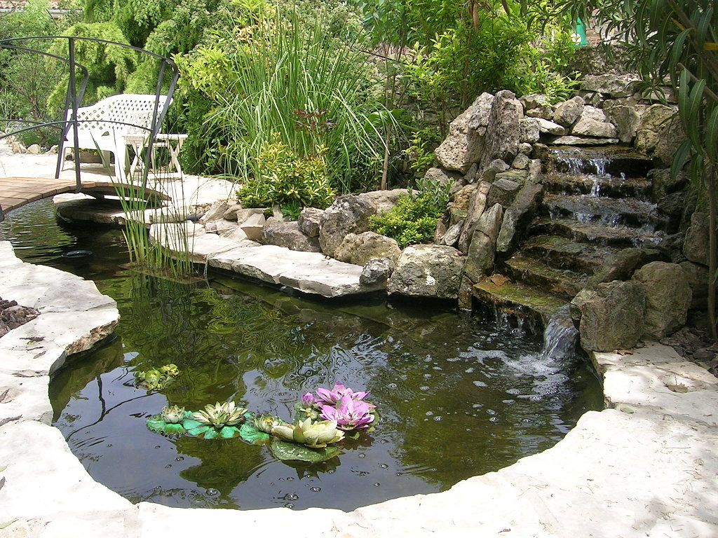 Fuentes de agua en jardines fotos de variedad de fuentes for Fotos de jardines