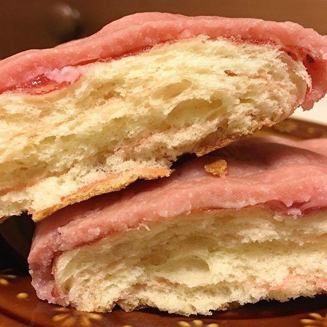 WEBSTA @ chocolate._._.life - 아침에 먹은 #딸기초코쿠키빵 #いちごチョコづくし 일본역에 있는 #ニューデイズ 라는 편의점에서 파는 이 시리즈!! 매달 새로 맛이 나오니까 반드시 먹게 됐네 ㅎㅎ 딸기향이 나는 쿠키빵이 뭍어있구 속이 딸기잼이랑 색이 귀여운 핑크 딸기초콜릿이 들어가있어🤗 달콤하구 애기들이 좋아하는맛! ㅋㅋ 나두 엄청 좋아햌ㅋㅋ*********#쿠키 #메론빵 #딸기잼 #딸기빵 #생크림 #딸기 #딸기초코 #빵스타그램 #빵순이 #일본 #일상 #먹방 #먹스타그램 #맛스타그램 #맛있다그램 #맛있다 #소통 #데일리 #점심 #빵 #yummy #food #일본요리 #아침