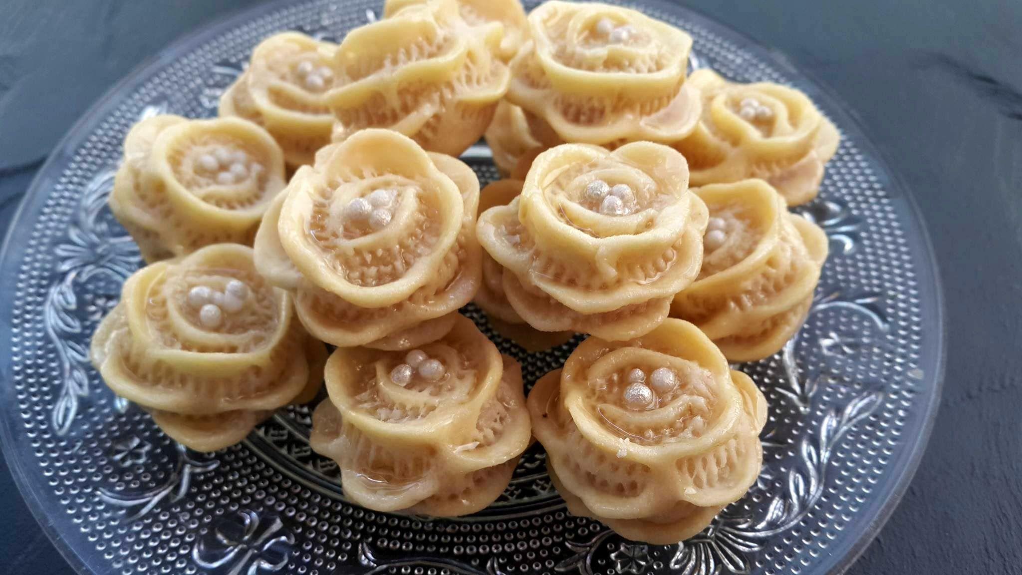 حلويات اللوز حلوة الوردة المقادير تحت الفيديو Petits Fours Aux Amandes Youtube Food Sugar Cookie Recipe Easy Bakery Desserts