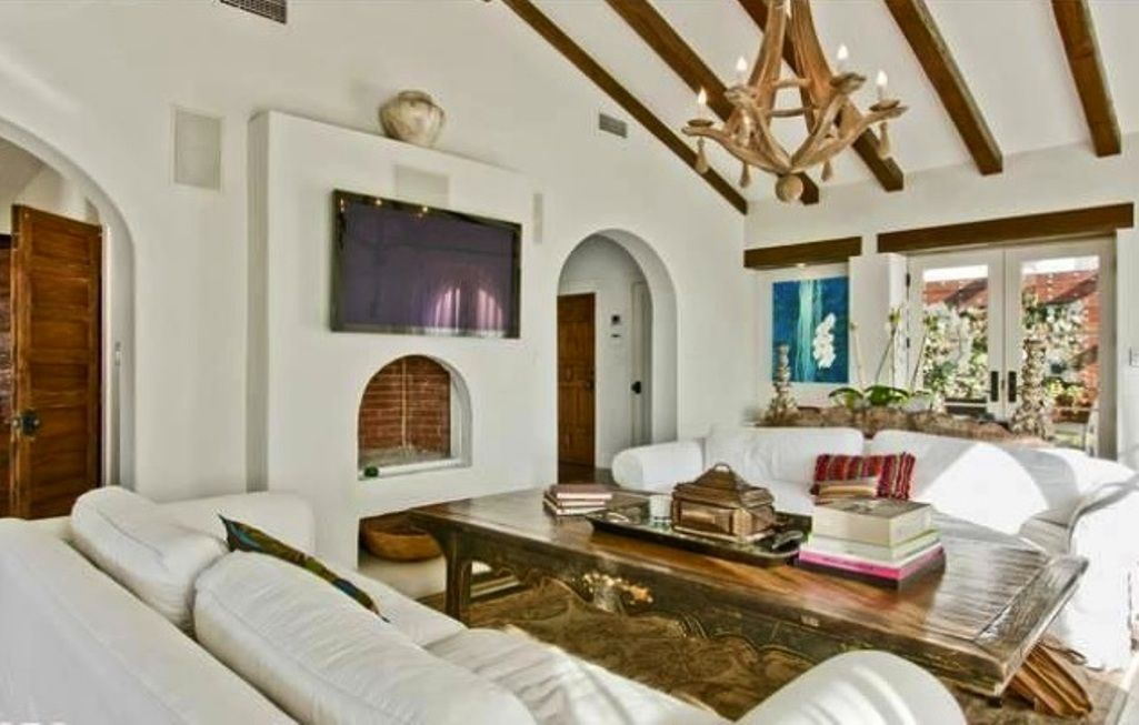 20 Living Room Designs With Exposed Roof Beams