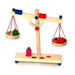 Balanza Romana, con cuatro pesas. Con dos pesas de compensacion para ajustar la balanza, Aprox: 35 x 31 cm