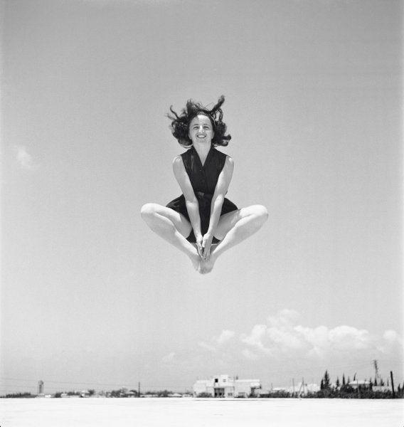 Luftsprung:  Die Tänzerin und Akrobatin Miriam Arnstein (Aufnahme von 1941) -...