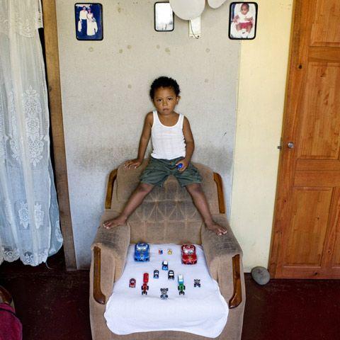Keynor – Cahuita, Costa Rica Kuvattu 18 kuukauden ajan, italialaisen valokuvaajan Gabriele Galimbertin projekti, Toy Stories, esittää kuvia lapsista ympäri maailmaa poseeraamassa arvokkaimman omaisuutensa kanssa - heidän lelunsa.