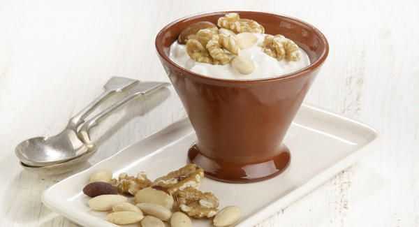 Yogur natural con miel y almendras | Yogurt