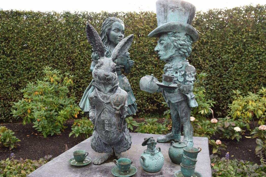 be2282b4dc2127e2d4363db05cdb990d - Hamilton Gardens New Zealand Alice In Wonderland